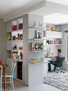 As estantes organizam a nossa vida ao guardar livros e objetos queridos e ainda deixa a decoração mais bonita. Aproveite as ideias destes seis ambientes