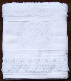 Toalha de banho Bordada e Personalizada com Monograma e renda Guipir para eventos, 100% algodão, marca Dohler, conforme disponibilidade.    Bordamos com seu monograma, ou tenho outros modelos para escolher.    A cor do bordado de sua escolha.    Medidas: 70 x 1:40 cm  Cores:  Branca  Creme    O d...