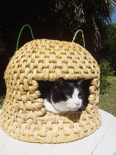 Nekomimi Chigura.Cat-house is made of only natural materials (rice straw, washi paper, bamboo). Cat supplies, made using only natural materials.