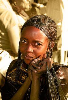Muchacha tuareg con peinado de trenzas, Festival del Aïr, Iferouâne -   Tuareg girl with hair in braids, Festival Aïr, Iferouâne (December 2006)    www.vicentemendez.com