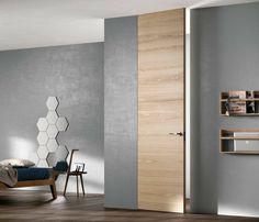 Porta filo muro in finitura legno, altezza da pavimento a soffitto. #portafilomuro #portainlegno