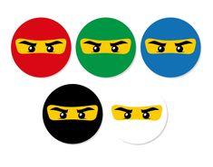 - PRODUTO: Aplique redondo ideal para docinho, copinho de brigadeiro, mini cupcake, bombom...  Borda colorida com personagem ao centro confeccionado em papel 230g e recorte especial.  - MEDIDAS APROXIMAS: 3,5cm de Diâmetro    * Personagens e cores podem ser variados ou todos iguais.    OPCIONAIS:... Lego Themed Party, Lego Birthday Party, 4th Birthday Parties, Lego Ninjago Cake, Ninjago Party, Festa Ninja Go, Lego Man, Science Party, Invitation