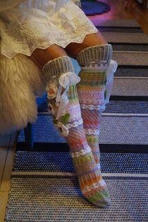 Must find pattern. Crochet Socks, Diy Crochet, Knitting Socks, Crochet Clothes, Hand Knitting, Knitting Patterns, Sock Loom, Thick Socks, Cute Socks