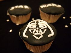 Zum Start des neuen Star Wars Films haben wir super schöne Cupcakes gebacken. Schaut vorbei, wenn Ihr die Zubereitung der Star Wars Cupcakes sehen wollt!