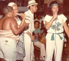 Clara Nunes ao lado da Velha Guarda da Portela em um des seus últimos shows.     Você gosta de samba e MPB? Visite o Traço de União - Casa de Brasilidades (SP):  http://www.tracodeuniao.com.br