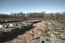 In un deposito piemontese la più grande concentrazione di tank del mondo. È la riserva di mezzi corazzati dell'Esercito, rimasta segreta finora. Adesso una parte sarà demolita, ma la maggioranza è in vendita
