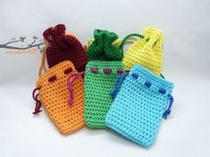 Gratis haakpatroon cadeauzakje No pattern, but looks like single crochet with a contrast tie Love Crochet, Crochet Gifts, Crochet For Kids, Crochet Yarn, Single Crochet, Crochet Phone Cases, Crochet Mobile, Crochet Decoration, Crochet Stitches Patterns