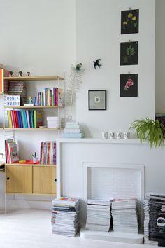 Witte schouw met boekenplank | White fireplace with book-shelf | vtwonen 01-2018 | Fotografie Caroline Coehorst