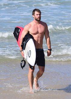 Shirtless Chris Hemsworth Opens Celebrity Photobomb Season 2017