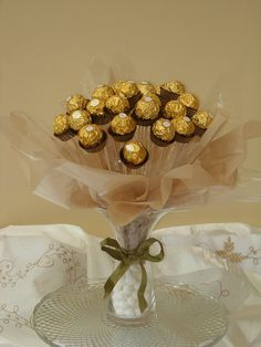 Coffee mug: Sweet candy bouquet Omg how wonderful for the grandma s or even flower girl! Candy Arrangements, Candy Centerpieces, Quinceanera Centerpieces, Chocolate Tree, Chocolate Gifts, Chocolate Flowers Bouquet, Candy Bouquet, Sweet Bouquets Candy, Sweet Trees