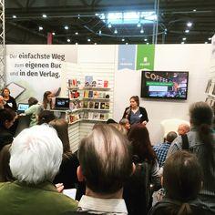 Am epubli Stand erklärten wir Autoren, dass es nicht immer der Buchhandel sein muss und man sich auch andere Partner suchen kann! http://www.epubli.de/blog/das-war-leipzig-2017 #epubli #buchmesse #leipzig #lbm17 #selfpublishing