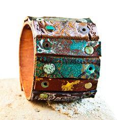 Esta pulsera brazalete de cuero amplia es hecho a mano, uno de una clase y está muy bien construido. Aquí encontrará muñequeras de cuero que son como arte para su retro de muñeca, bohemio, moda, joyería elegante, pulseras pulsera para las mujeres.  Tamaño del manguito: -Este brazalete se puede hacer con Metal se encaja a presión a los extremos en los siguientes tamaños: pequeño o mediano de las mujeres.  -Este brazalete también puede hacer el tamaño ajustable que cabrá la muñeca de las…