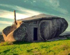Aunque parece un fotomontaje, os aseguro que no lo es, ya que esta curiosa casa está situada en las Montañas de Fafe (Portugal). Sí que es cierto que gran parte del trabajo lo ha hecho la naturaleza, pero un famoso arquitecto portugués terminó de hacer el resto.