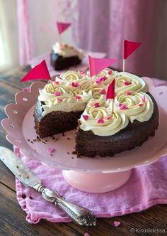 Viiden minuutin suklaakakku. Ihanan mehevä suklaakakku vaatii vain 5 minuutin kypsennyksen mikrossa. Tämän helpompaa ei kakun leipominen voi olla! #kakku #nopea #helppo #suklaa #resepti #leivonta #kinuskikissa