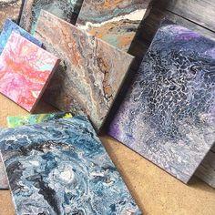 """Nu vill mannen ha tillbaka """"sitt"""" garage, som jag nu hela sommaren har använt som ateljé 😬 vet inte hur jag ska göra nu.... vill ju fortsätta hälla färg 😜 får väl plasta in mitt pysselrum antar jag 👍🏻 Den blå tavlan längst fram har mon dotter Sofia gjort och den i lila toner har stora dottern Jennifer skapat ❤❤❤ #fluidartworld #fluidart #dirtycup #dirtypour #dirtypourart #acrylic #acrylicart #art #abstractart #slöjddetaljer #pyssel #pyssla #pysseltips #pysselinspo #diy #diyproject…"""
