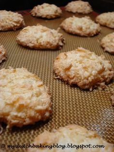 Kokosmakronen Discover Holland's best kept secret: its food! The Dutch Table is the most extensive online resource for traditional Dutch food recipes. Coconut Recipes, Baking Recipes, Cookie Recipes, Dessert Recipes, Amish Recipes, Baking Ideas, Bread Recipes, Dutch Cookies, No Bake Cookies