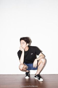 If you're a guy who tends to be awkward and easily embarrassed when posing for a photo, we have 8 easy, natural and effortless poses that even you can pull off in public without feeling paiseh. Photographie Portrait Inspiration, Korean Fashion, Mens Fashion, Pose Reference Photo, Poses References, Body Poses, Male Poses, Comme Des Garcons, How To Pose