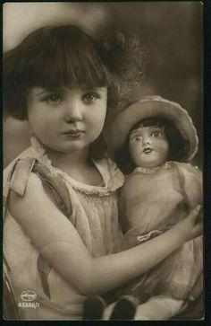 Niña con muñeca. 1920