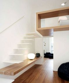 Zwevende trap die doorloopt in een meubel. Creatief.