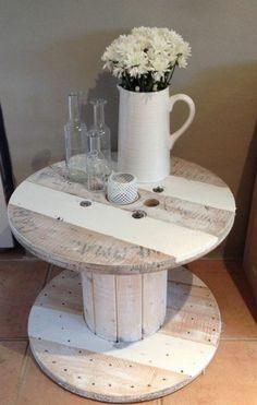 touret table basse en bois style rustique, un vase de fleurs, idée que faire avec un touret