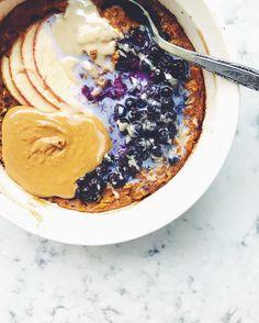 Ce gruau au four avec pommes tahini et beurre d'arachide de @biddiekitchen est notre inspiration #fraichementpresse du jour. #eattherainbow #vegan #oatmeal #mtlblogger