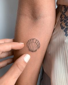 Tattos with Meaning – Meaningful tattoos Seashell Tattoos, Dainty Tattoos, Pretty Tattoos, Beautiful Tattoos, Small Tattoos, Tropisches Tattoo, Get A Tattoo, Cloud Tattoo, Little Tattoos