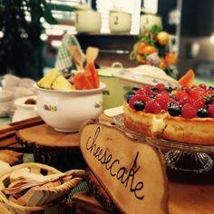 Morning #breakfast con la deliciosa tarta #cheesecake con grosellas dulces, frambuesitas y fresas by #SAROVA   #Catering #BARCELONA