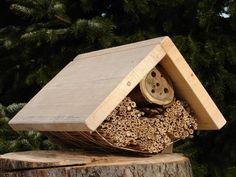 Domek dla owadów. Przeznaczony jako miejsce zakładania gniazd dzikich owadów zapylających - głównie pszczoły murarki ogrodowej.  Wymiary:    długość: 40 cm   szerokość 30 cm   wysokość 25 cm Bird, Outdoor Decor, House, Home Decor, Decoration Home, Haus, Interior Design, Birds, Home Interior Design