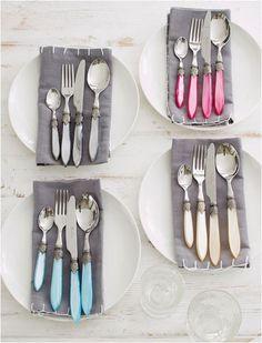 Una idea para presentar cubiertos en la mesa.