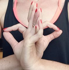 Mudra Nachlese: Abhahya Hridaya Mudra It's also called courageous heart, because Abhaya means fearlessness, Hridaya holy heart. Take your time when you have to face challenges that affect your whole life. Connect to your heart and regain your grit. Bring the back of your hands in front of your heart together and connect your pinky, ring and middle fingers. Then form an O with thumb and forefinger.  Affirmation: Now is the time to reinvent myself and become what I ever wanted to become.