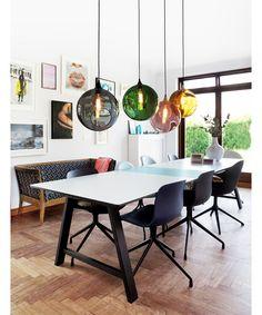 Denne vakrelampenhar fort blitten del av våre bestselgere. Sitt klassiske, vakre og fargerike design gir et hvert nordisk hjem varme og personlighet. Munnblåst og hånd-malt glass med messing kant (sølvmalt på røykfarget glass). Designer: Design By Us Farge: Amber, grønn, lilla, rosa eller røyk. Materiale: Munnblåst glass, messing og stoff-ledning. Dimensjon: Ø 190 / 330…