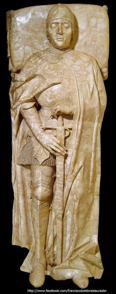 La escultura funeraria de Don Rodrigo, es posiblemente una de las obras escultóricas de más delicada ejecución de finales del siglo XV.  Esta espectacular panorámica nos permite apreciar la vestimenta y armamento del caballero al completo