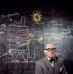 """Le Corbusier, Atelier, 35 rue de Sèvres, Paris, Au tableau noir, la """"Ville radieuse"""""""