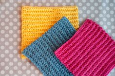 Aesthetic Nest: Crochet: Ribbed Washcloths (Tutorial) - I made some like this using Lily Sugar N Cream cotton yarn - very easy to make and they work great! (FYI - Michael's had the cheapest price on that yarn) Crochet Gratis, All Free Crochet, Learn To Crochet, Easy Crochet, Tutorial Crochet, Scarf Tutorial, Basic Crochet Stitches, Crochet Basics, Crochet For Beginners