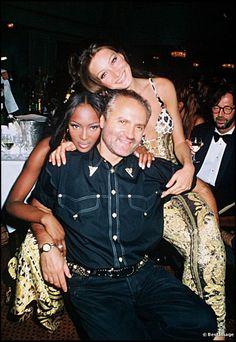 Naomi Campbell, Carla Bruni und Gianni Versace bei einer Party 1992.