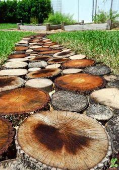 Der neue Gartenweg aus Holz sieht sehr sympathisch aus