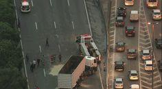 #São Paulo: Caminhão tomba e bloqueia faixas da Marginal Tietê em SP