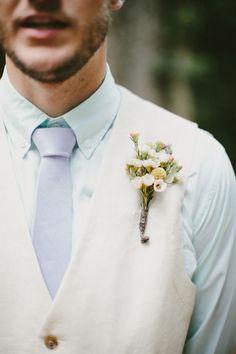 Outfit de novio en tonos pastel.