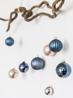 So setzt Ihr Eure Weihnachtsbaumkugeln schon vor Heilig Abend schön in Szene. Ob als glamourösen Wandschmuck, als Geschenk-Anhänger oder in der eleganten Deko-Glocke. Und so einfach geht`s ..... // Weihnachten DIY Selbermachen Ideen Tipps Tricks Weihnachtsdekoration Weihnachtsbaumkugeln Tannen Dekoration Deko #WeihnachtsDekoration #WeihnachtsDeko #DIY #Selbermachen #Weihnachten #Christbaumkugeln