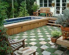 petite piscine hors sol dans le jardin