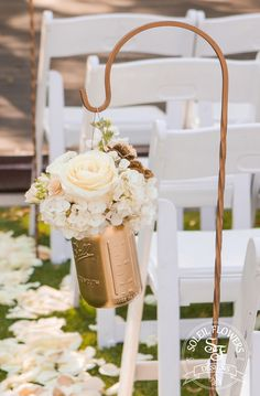 A touch of glamour doesn't mean you can't be country! Loving this gold chic aisle decor