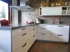 Wide handles, made in zamak, in a white kitchen. By viefe.com