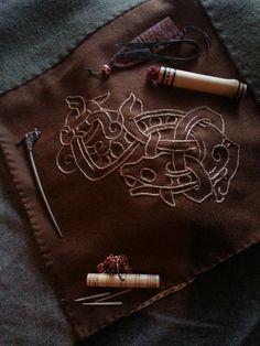 Handgenähte frühmittelalterliche Gewandungen und Stickereien  Gewandung und Stickereien handgearbeitet. Schmuck, Taschenbügel und Nähzubehör nicht aus eigener Produktion.