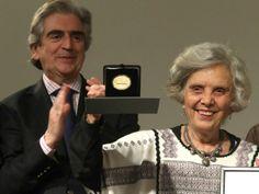 La escritora Elena Poniatowska recibió la Medalla Bellas Artes. Atrás, el presidente del Consejo para la Cultura y las Artes, Rafael Tovar y de Teresa. Foto Francisco Olvera