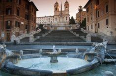 As casas em tons rosados e a esplêndida escadaria caracterizam a Piazza di Spagna. No centro, fica a charmosa fonte em forma de barco, a Barcaccia