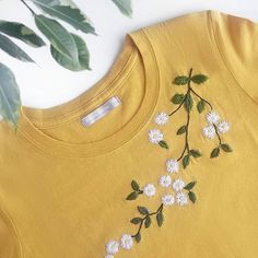 See Me Stitch 🌿 Hand embroidered t-shirt/ daisies hand embroidery shirt / flowers hand embroidery clothes Hand Work Embroidery, Simple Embroidery, Shirt Embroidery, Modern Embroidery, Embroidery Hoop Art, Hand Embroidery Patterns, Beaded Embroidery, Embroidery Stitches, Embroidered Clothes