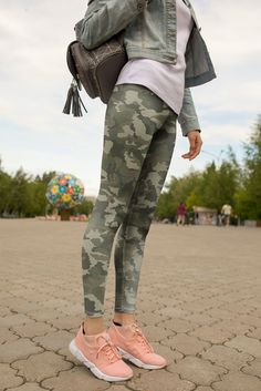 Camo Leggings Outfit, Camouflage Leggings, Green Leggings, Girls In Leggings, Tops For Leggings, Army Leggings, Cute Sporty Outfits, Fall Outfits, Pink Outfits