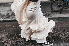 Stylish Bride in Ruffled Skirt Wedding Dress and Vans Wedding Shoes Source by rockmywedding shoes bride shoes vans White Bridal Shoes, Wedge Wedding Shoes, Wedding Shoes Bride, Bride Shoes, Wedding Stuff, Smoking Vintage, Velvet Dinner Jacket, Vintage Tuxedo, Second Hand Wedding Dresses