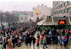 The first McDonald's in Russia, circa 1990. / El primer McDonald's en Rusia, allá por 1990.