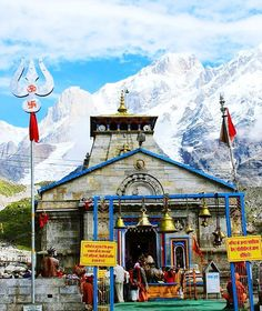 On Saturday, the Kapat of #Kedarnath_Dham have been closed for the winter. Now six months of Lord Kedarnath will be worshiped at the Ukimath Temple of Omkareshwar in winter.